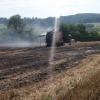 Balíkovač slámy hořel za obcí Obědné
