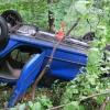 Řidič na Jesenicku sjel z prudkého srázu mezi stromy