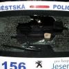 Na vozidlo městské policie si mladík přinesl dlažební kostku