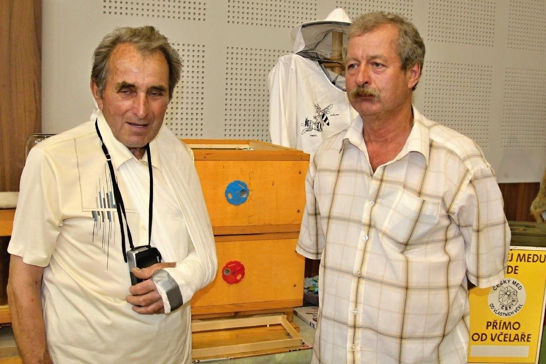 včelař Stanislav Marek (vlevo)