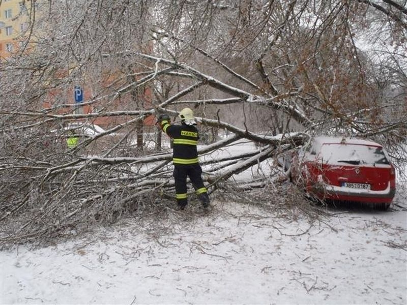 pomoc hasičů při likvidaci ledovky a námrazy