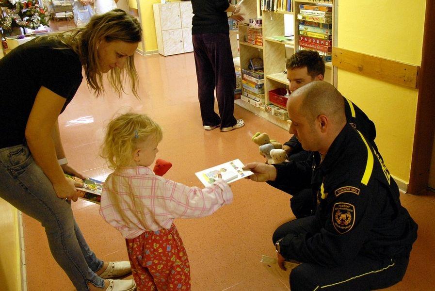 Hasiči předávají dárky nemocným dětem zdroj foto:HZS Ok