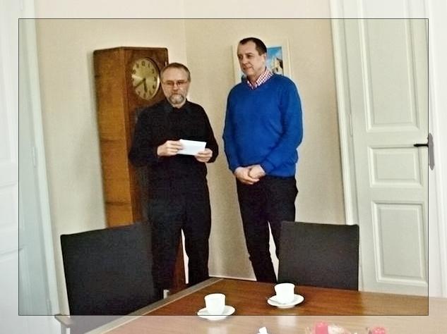 Tomáš Motýl přebírá finanční výnos z rukou starosty Brože zdroj foto:mus