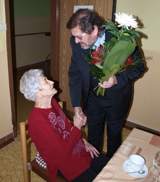 Popřát paní Krobotové přišel také místostarosta Jan Přichystal foto: mus