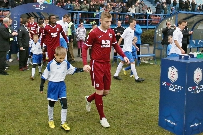 mladí šumperští hráči doprovází slavné kolegy