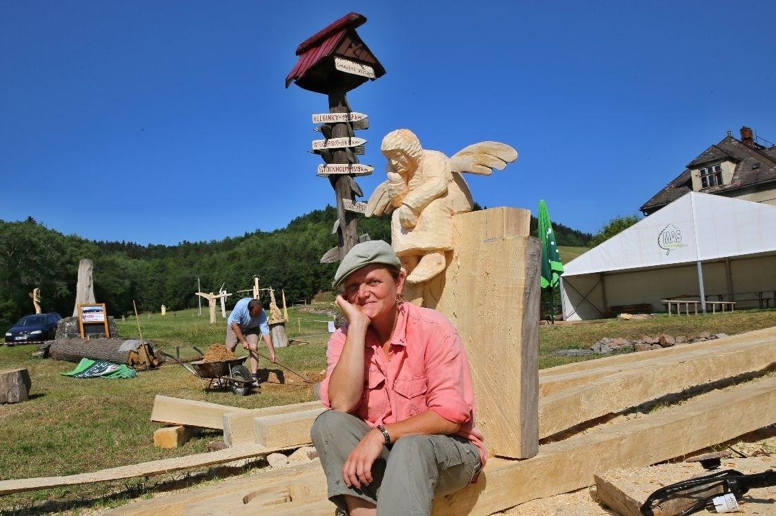 Andělárium 2015 - Romana Krestýnová před instalací sochy na louku foto: sumpersko.net