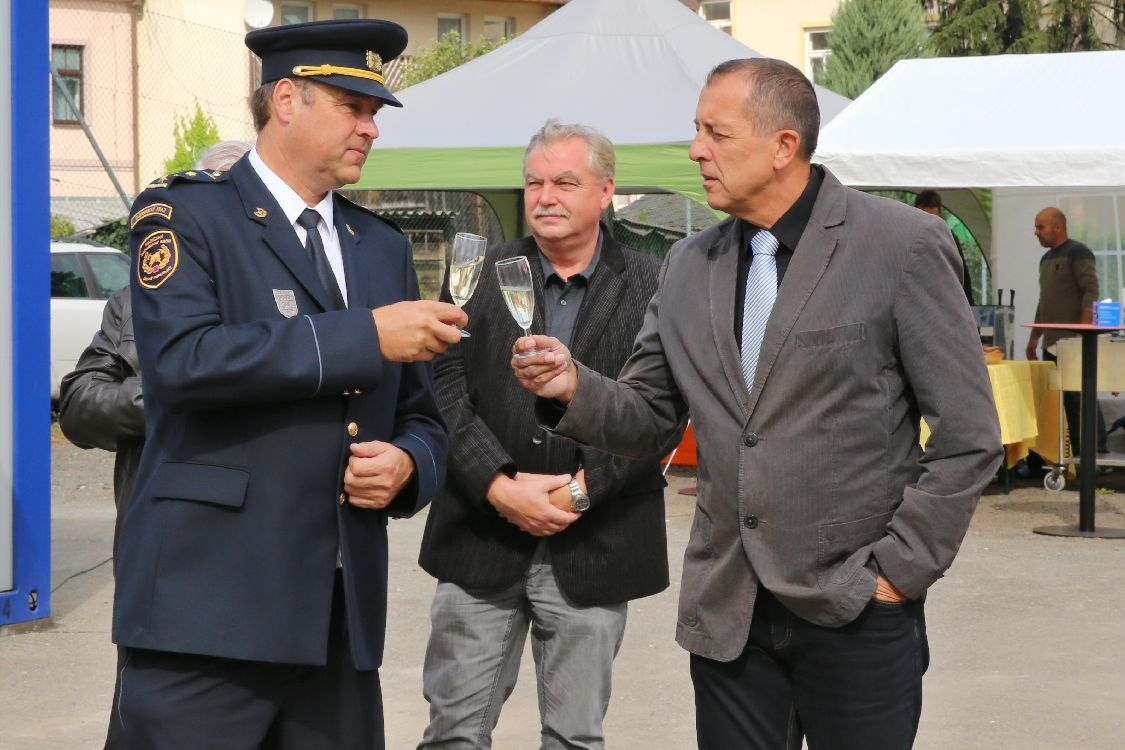 Martin Žaitlík - ředitel UO HZS Šumperk si připíjí se starostou Šumperka Zdeňkem Brožem foto: sumpersko.net