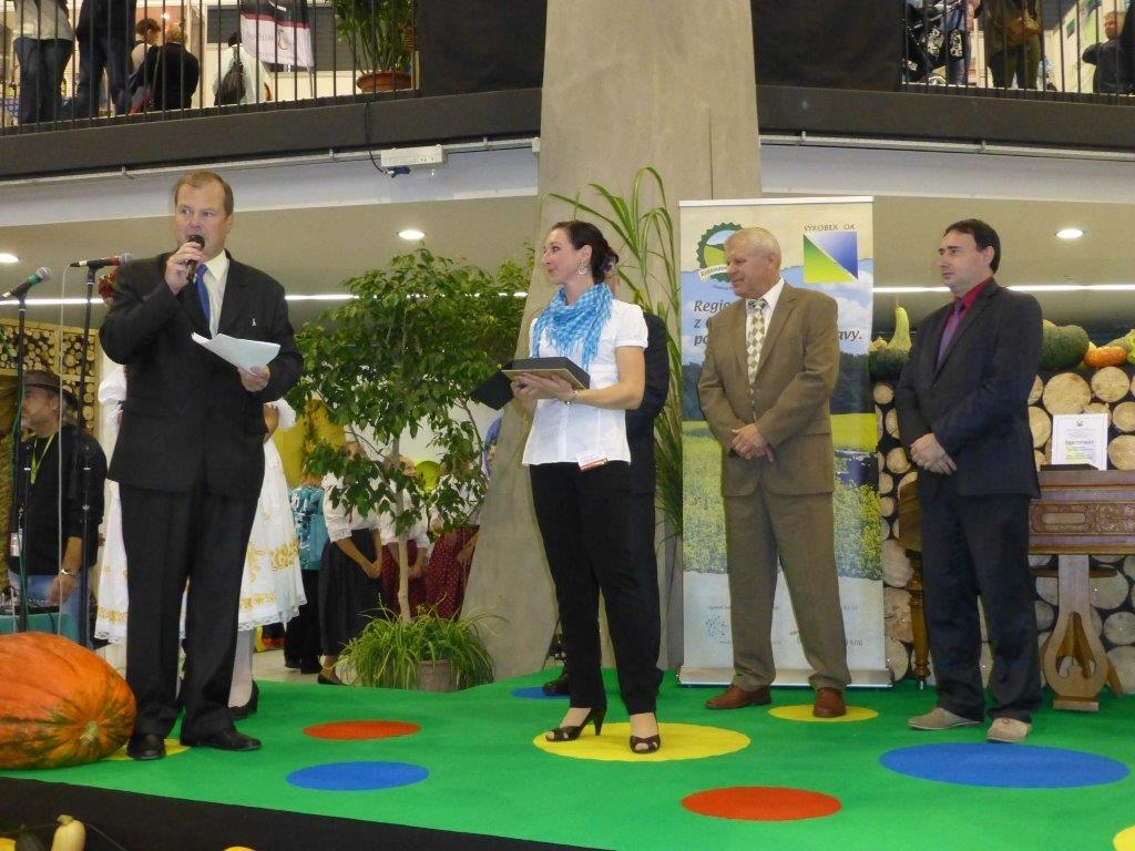 Olima 2014 - Lucie Hošková předává ocenění zdroj foto: archiv AK Olk.