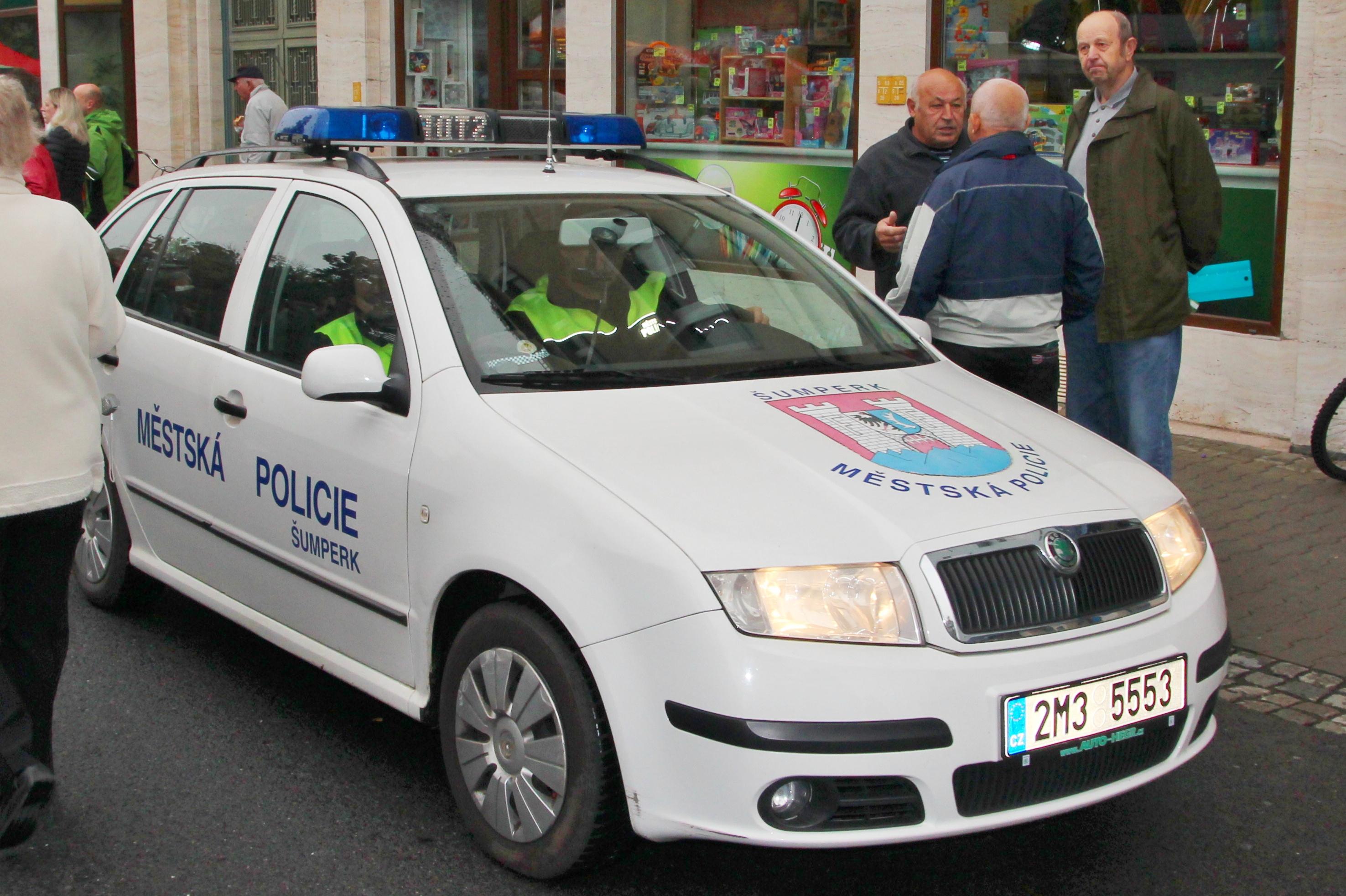 vozidlo MP projíždí prostorem určeným pro FT foto: sumperko.net