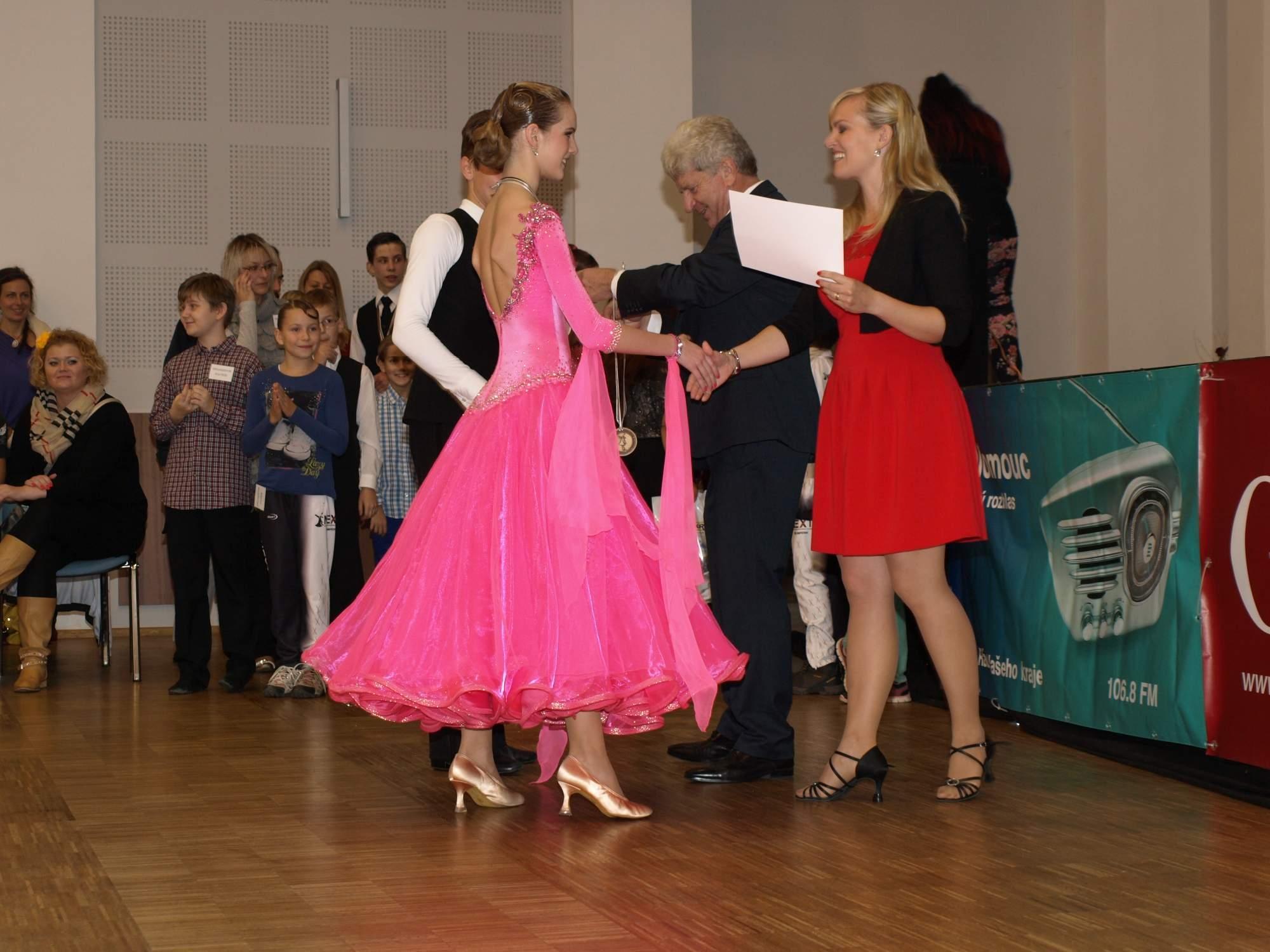 Rapotín - Mezinárodní soutěž ve společenském tanci - ocenění předává starosta Pavel Žerníček a Veronika Burdová zdroj foto: Klub NEXT