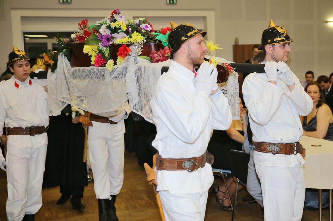 Pochovávání basy - smuteční průvod foto: sumpersko.net