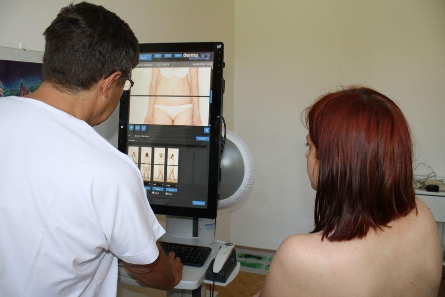 Přístroj detailně mapuje znaménka z celého těla, melanom se totiž může vyvíjet kdekoliv na kůži foto: Nemocnice Šumperk T. Bulková