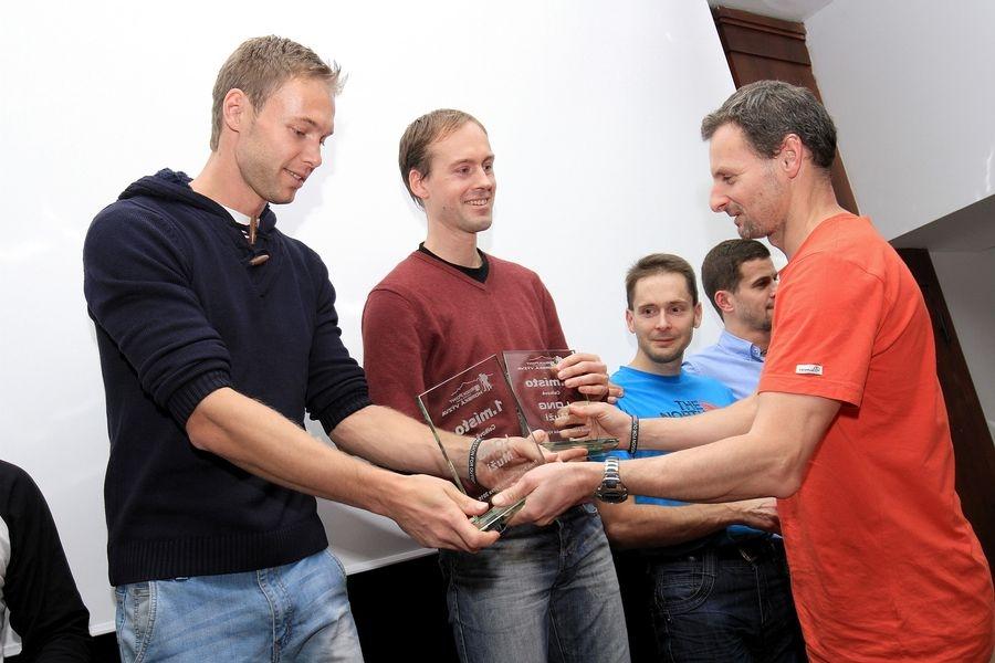 Tomáš Lisec a David Kopal přebírají cenu pro nejlepší dvojici na Longu od Jana Krabce z Rock Pointu.