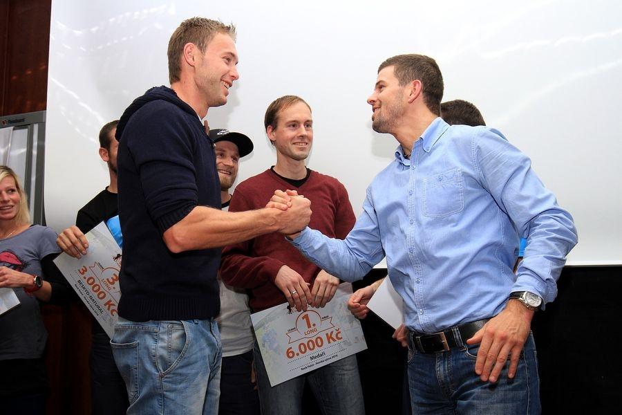 nejlepší se hned po vyhlášení mezi sebou hecovali jak to bude příště - vlevo vítězný Tomáš Lisec