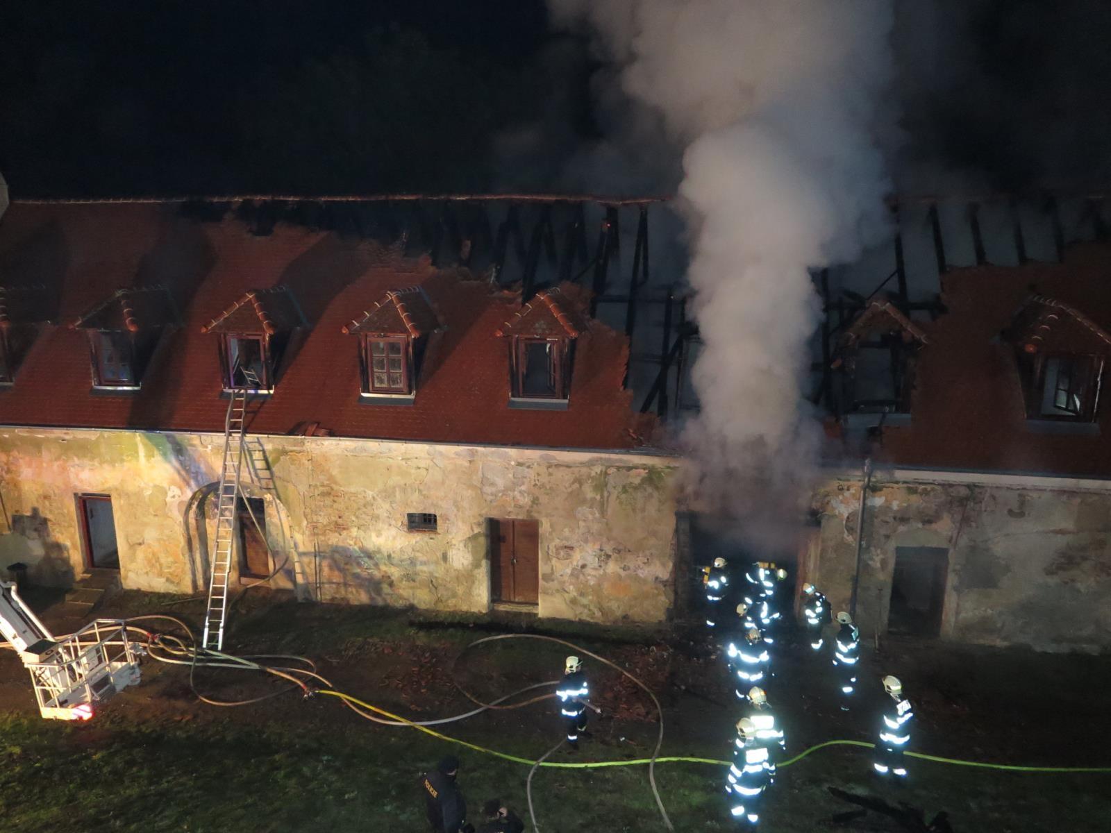 Noční požár zámku Plumlov zdroj foto: HZS Olk