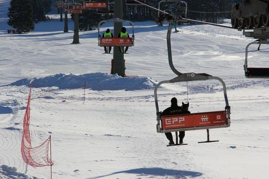 Ostružná - část Ramzová - SMS výhrůžky vyklidily areál zdroj foto: PČR