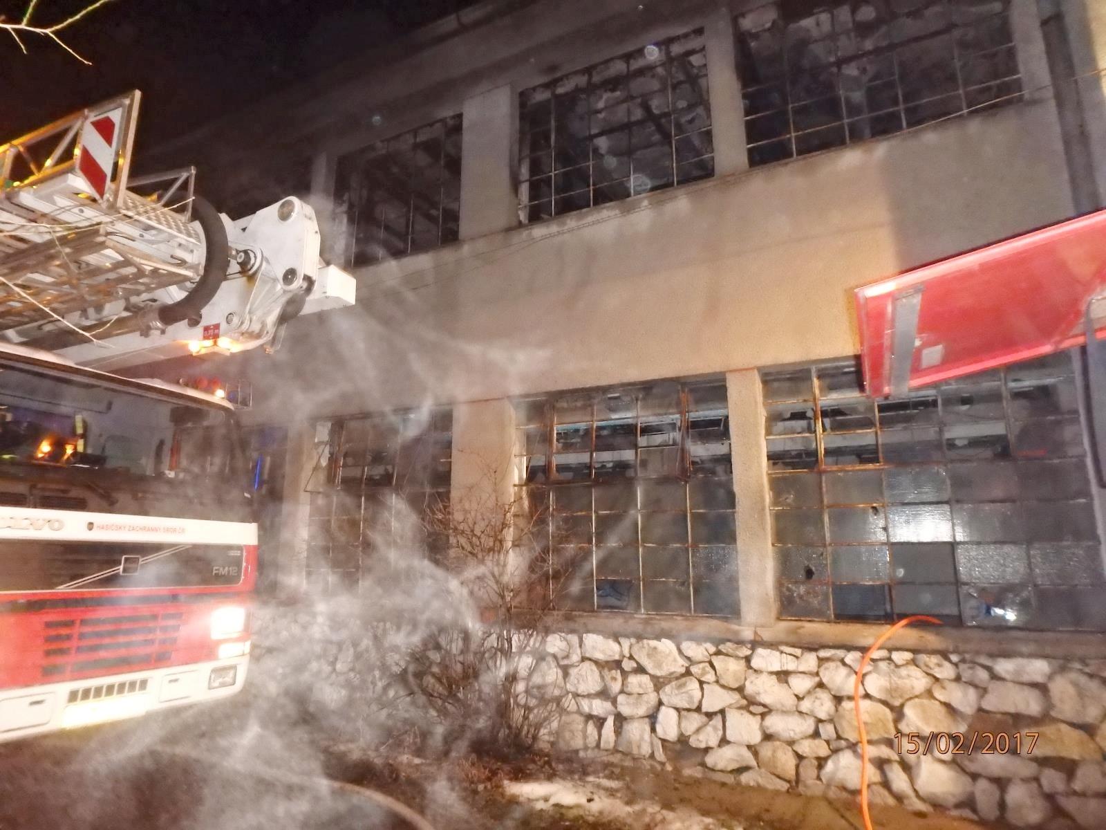 Unčovice - požár skladovací haly zdroj foto: HZS Olk