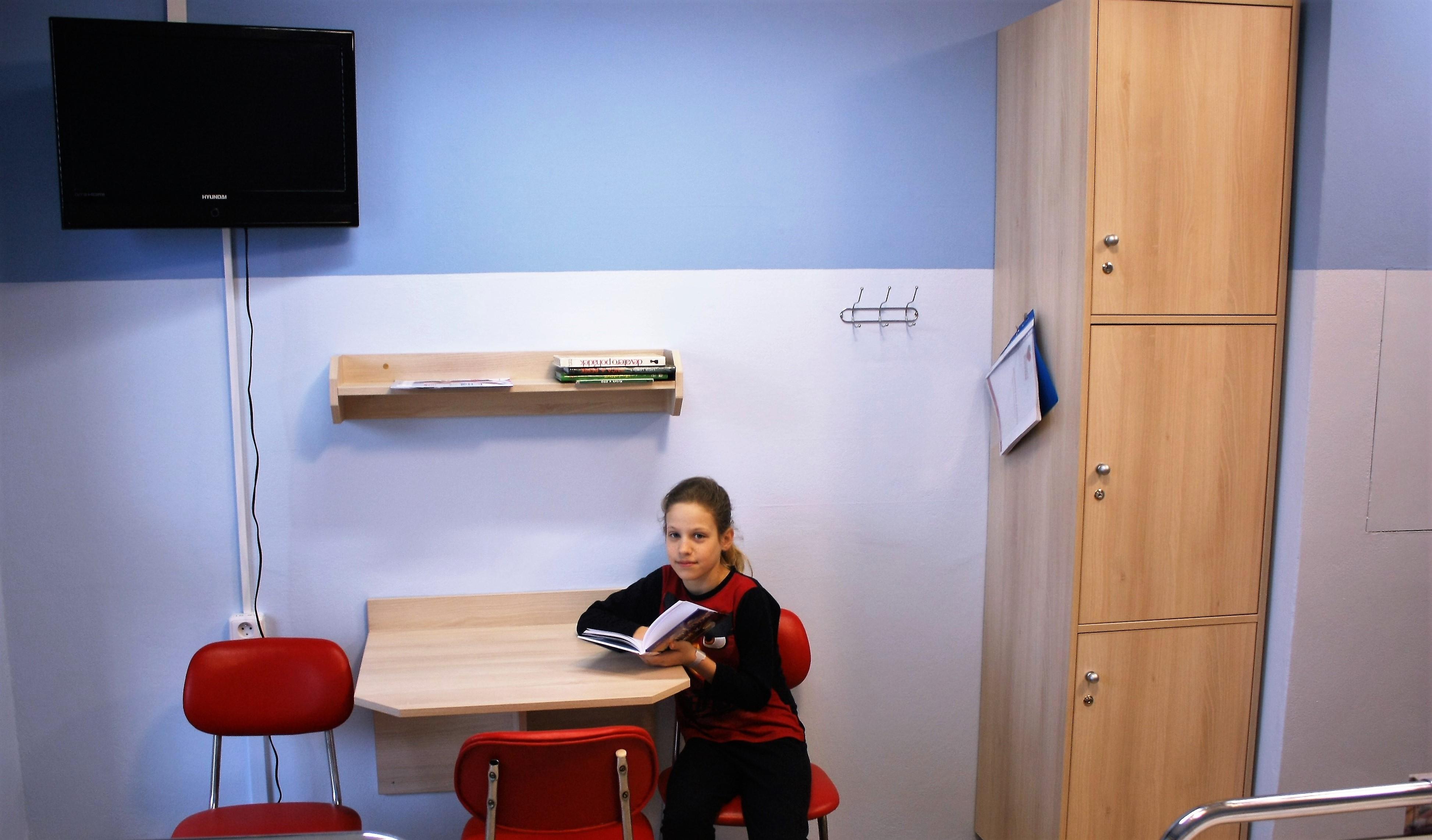 Na malé pacienty čeká na každém zrekonstruovaném pokoji nejen nový moderní nábytek, ale třeba i velký LCD televizor foto: T. Bulková, Nemocnice Šumperk