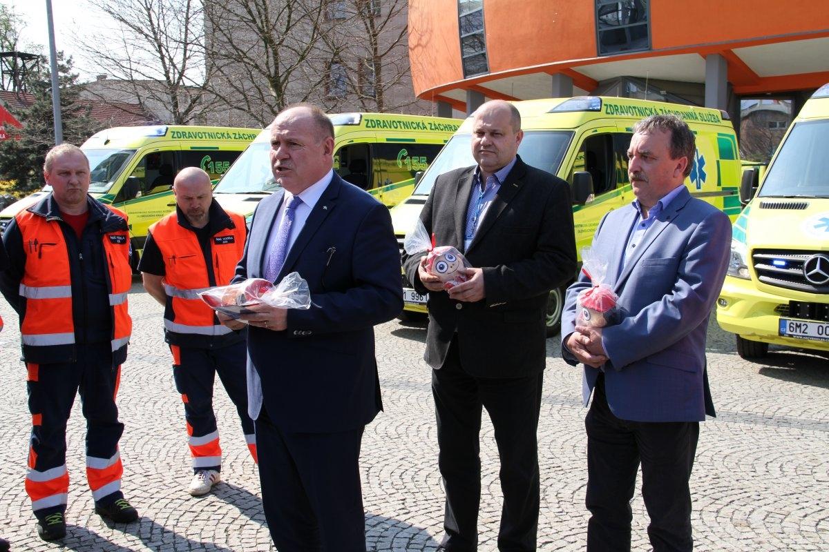 Hejtman Ladislav Okleštěk předal záchranářům nové sanitky zdroj foto: OLK