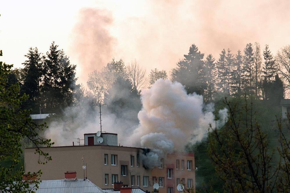 Šternberk - požár bytu si vyžádal evakuaci 100 osob foto: Antonín G.