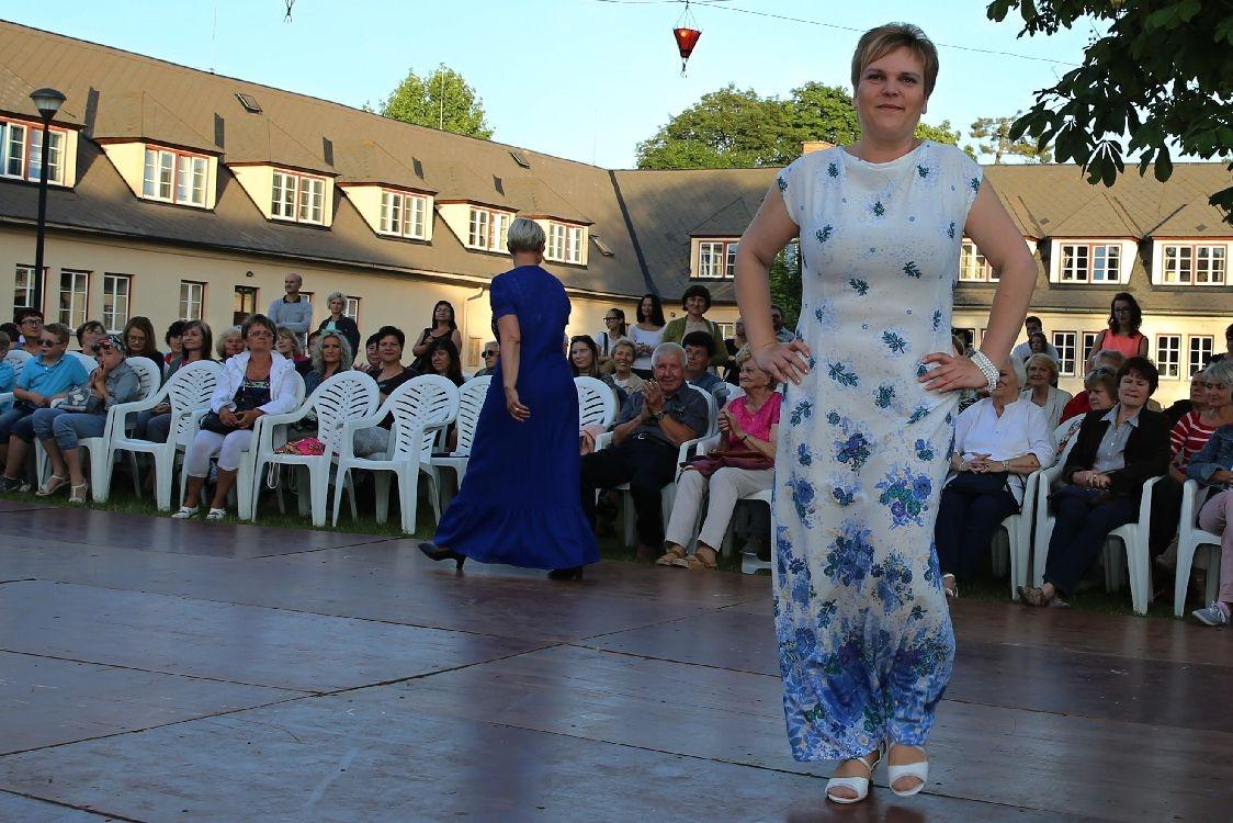 901b3ca8e572 Muzejní noc 2017 foto  šumpersko.net - M. Jeřábek. Šárka předvedla společenské  šaty ...