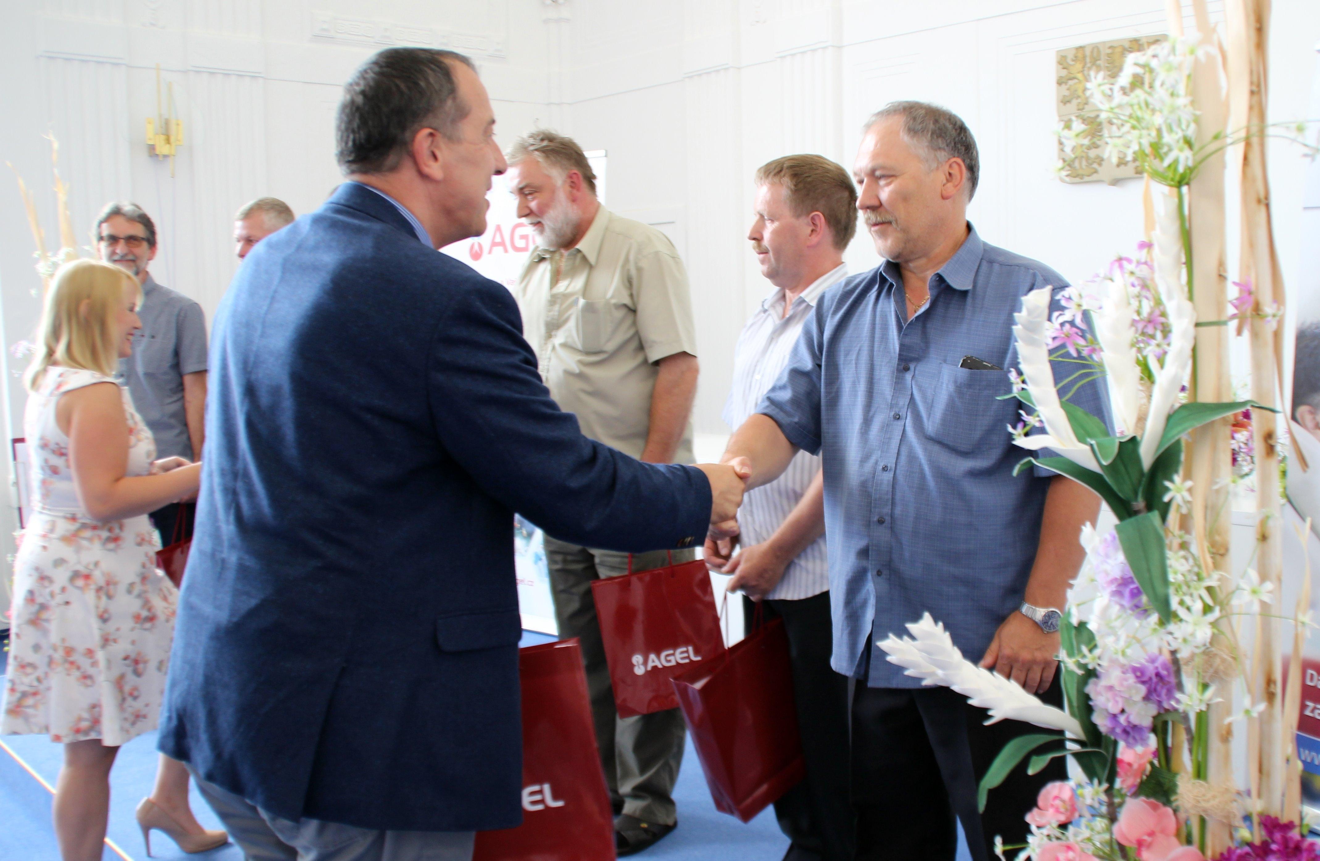 šumperský starosta Zdeněk Brož předává ocenění zdroj foto:R.Miloševská