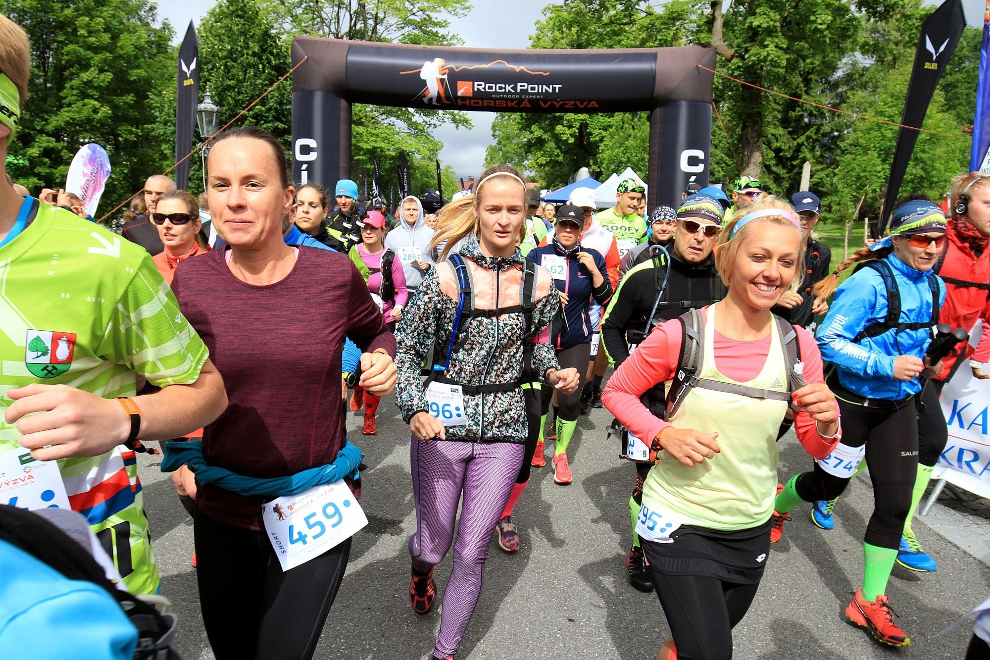 Start závodu Short na Božím Daru - vpravo vítězky ženské kategorie foto: PatRESS.cz