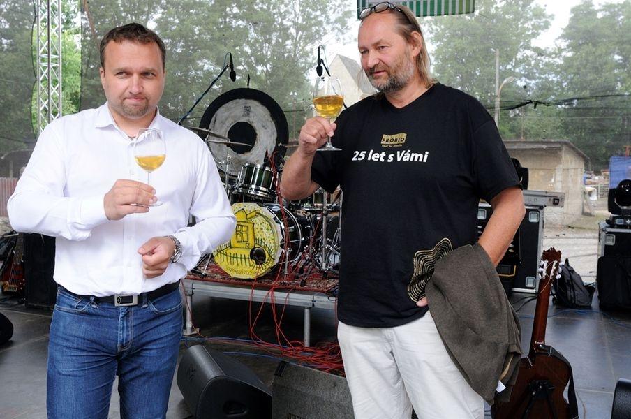 Popřát k výročí přijel i ministr zemědělství Marian Jurečka - slavnostní přípitek s Martinem Hutařem zdroj foto: B. Hernychová