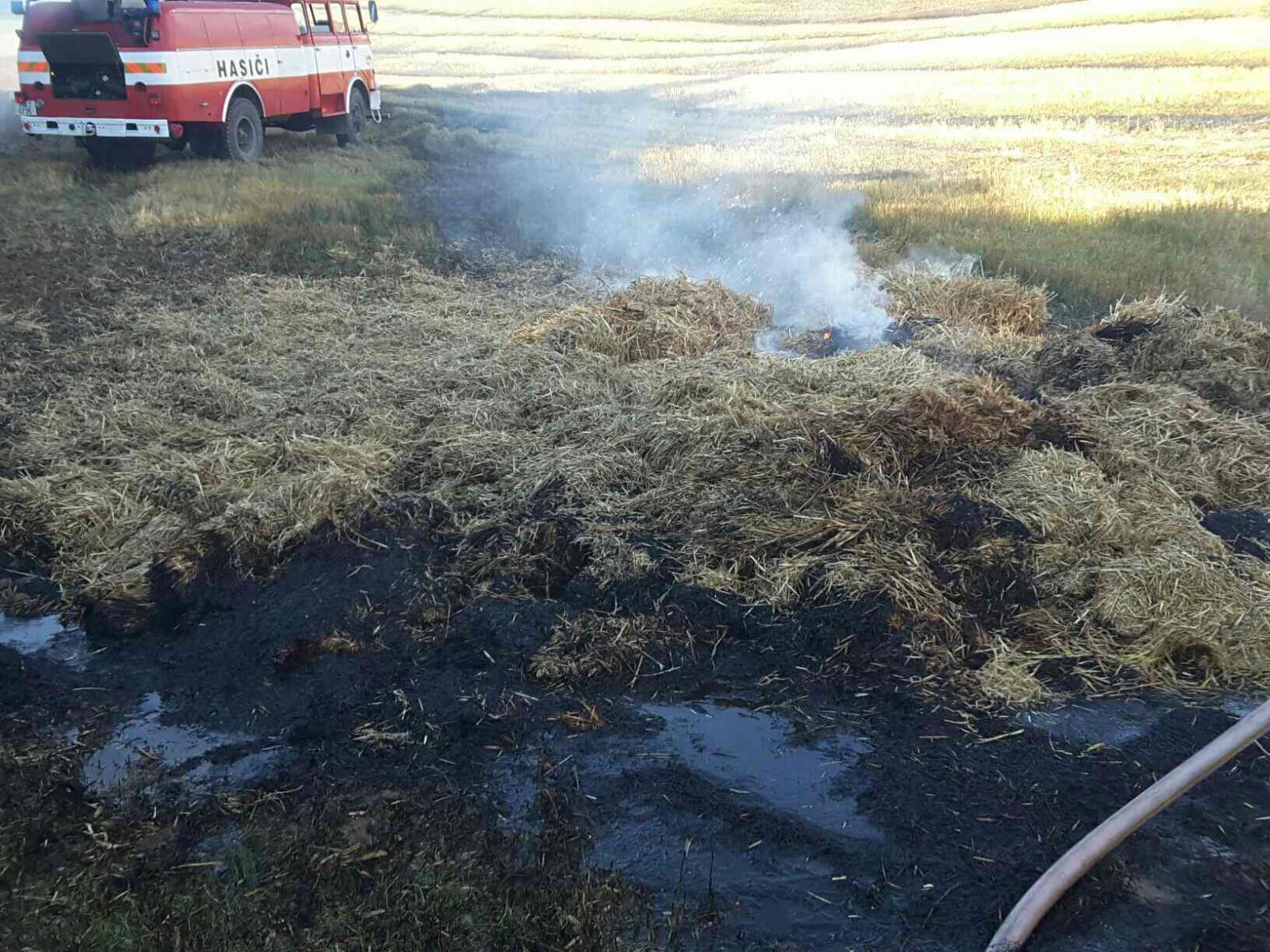 požár balíkovače na poli nedaleko obce Dolní Libina. zdroj foto: HZS Olk