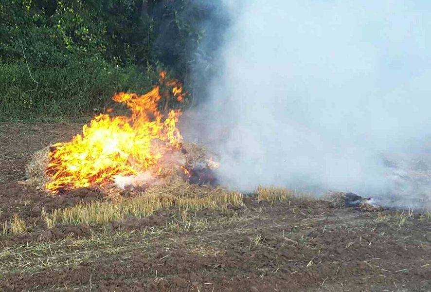 požár balíkovače na poli nedaleko obce Dolní Libinazdroj foto: HZS Olk