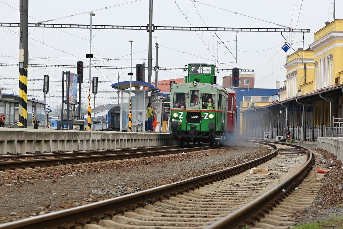 nádraží Šumperk - vyjíždí historický vagon Věžák foto: archiv šumpersko net