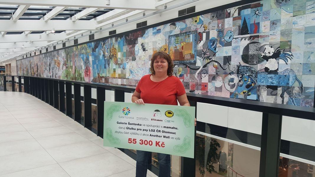 Olomouc - společná malba s názvem Another Wall - ředitelka útulku Hana Dětochová převzala šek zdroj foto: GŠ