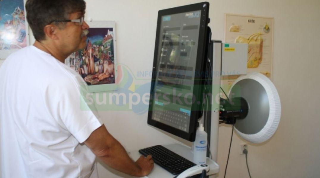 MUDr. Lubomír Drlík, primář kožního oddělení, provádí všetření pomocí digitálního dermatoskopu foto: archiv NŠ foto: archiv šumpersko.net