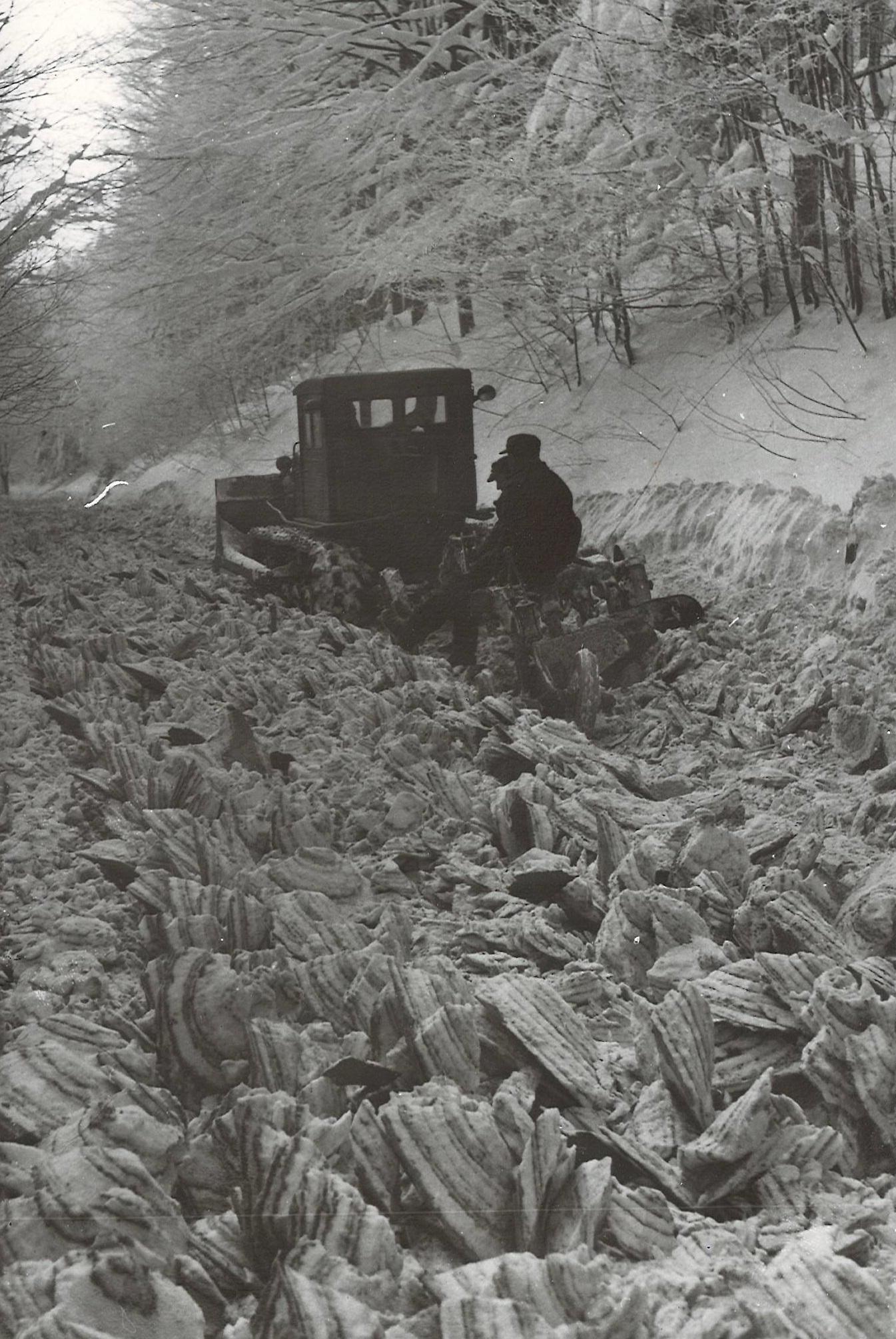 Rozorávání sněhové vrstvy na silnici přes Červenohorské sedlo, 60. léta 20. století zdroj foto: Muzeum silnic Vikýřovice silnic.