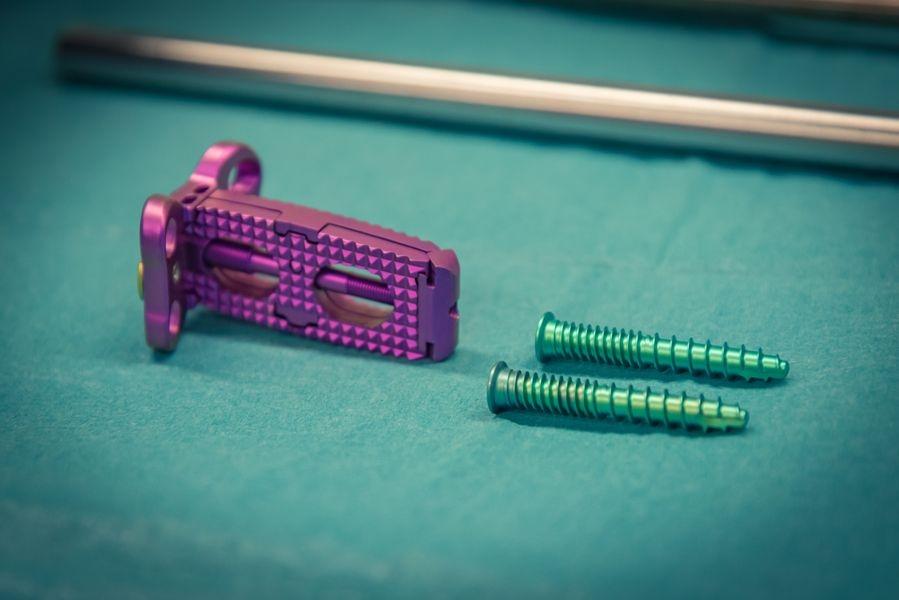Unikátní meziobratlový implantát, který vyvinuli neurochirurgové olomoucké fakultní nemocnice, už úspěšně pomáhá pacientům zdroj foto: FN OL
