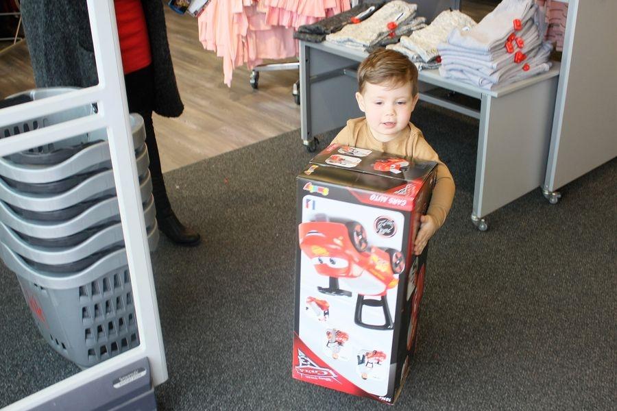 Ve výběru hraček velice trpělivě pomáhal syn foto: Hana Hanke - Nemocnice Šumperk