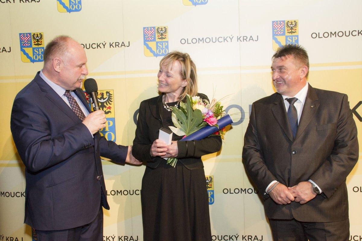 Jana Valentová při přebírání ocenění nejlepším pedagogům kraje v roce 2017 zdroj foto: archiv Olk
