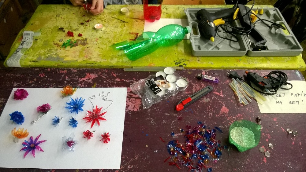 Žáci na šumperské škole vyráběli šperk z plastu zdroj foto:škola