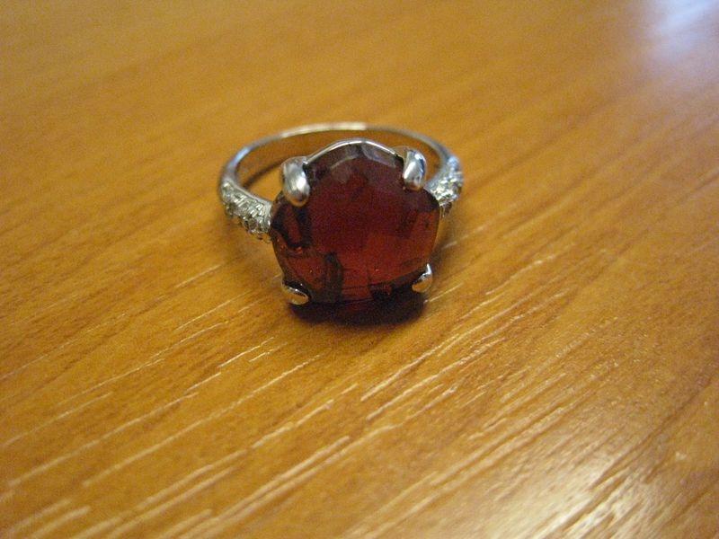 zlatý prsten s českým granátem