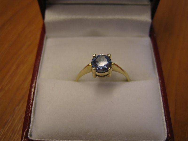 zlatý prsten s akvamarinem