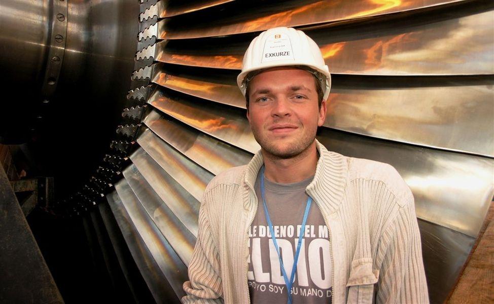 David Hégr u demontovaného rotoru turbíny v JETE