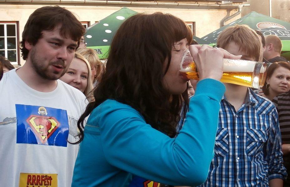 Pivní štafeta - žena z týmu mladších pivařů