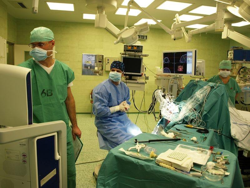 neurochirurg D. Krahulík (uprostřed) a primář NK P. Otruba (vlevo) během operace