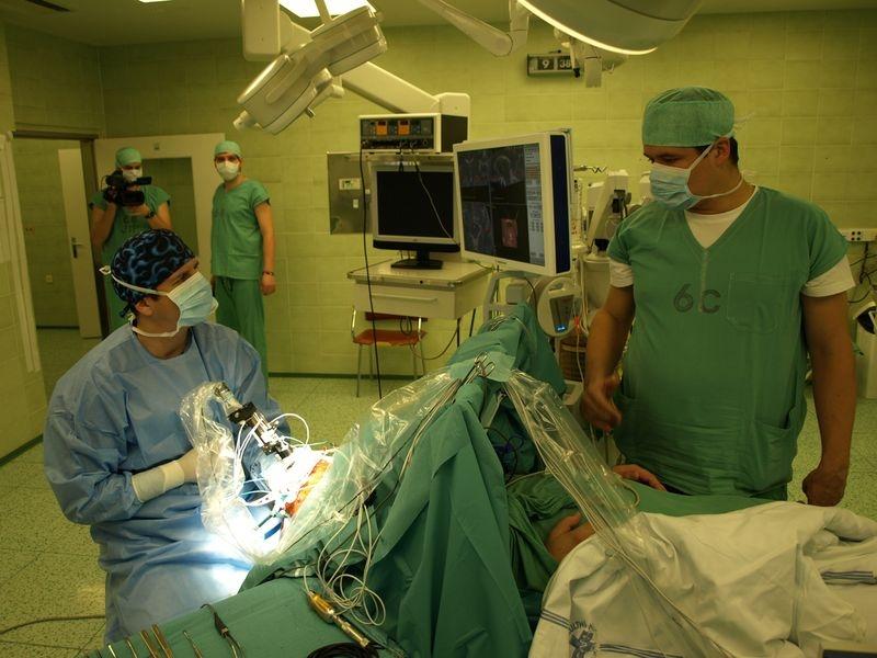 chirurg D. Krahulík (vlevo) a neurolog M. Nevrlý hovoří během operace s pacientem