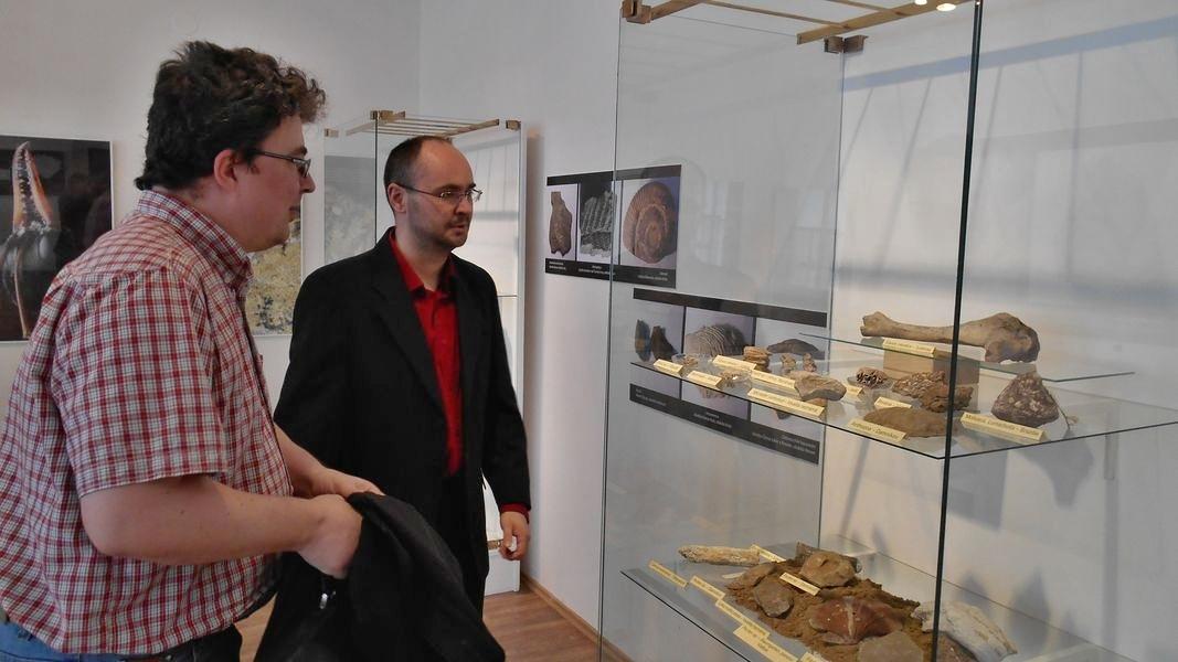 Autor výstavy Milan Dvořák (vpravo) představuje unikáty. Je mezi nimi i zub jeskynního medvěda nebo kost koně z poslední doby ledové.
