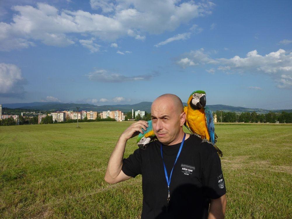 Zdeněk Krňávek se svými papoušky