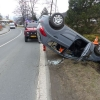 Vozidlo po nárazu skončilo na střeše