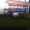 Motorista v Javorníku čelně narazil do obchodu s potravinami