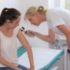 S příchodem léta si lékaři šumperské nemocnice posvítí na podezřelá mateřská znaménka