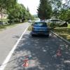 V Šumperku na kapotu projíždějícího vozidla spadla větev stromu